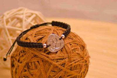 Pulsera de chapa de plata hecha a mano, personalizada con tu inicial grabada, montada en nylon negro con motivos en plata