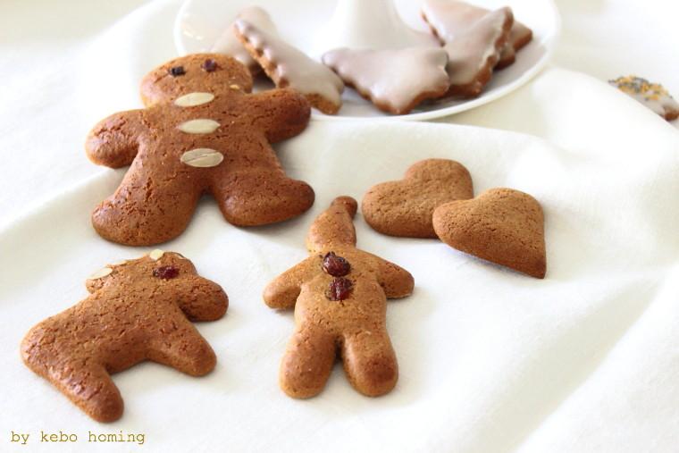 Die Keksproduktion ist in vollem Gange, eigentlich habe ich den Lebkuchenteig ja schon im vergangenen Jahr gepostet <klick>, denn dieses Rezept darf einfach nicht fehlen.