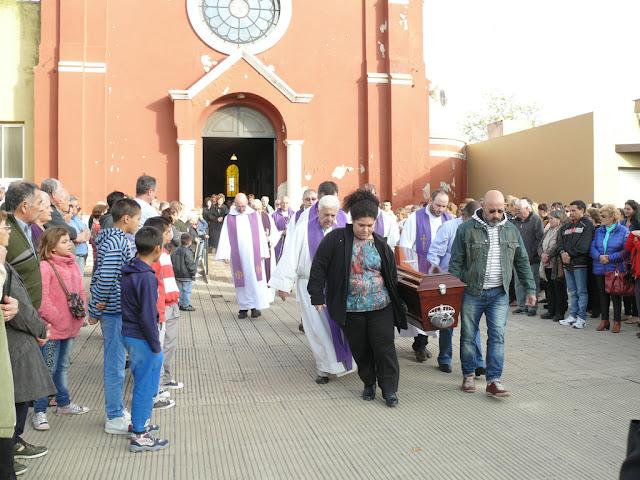 Cientos de vecinos se acercaron a la Parroquia para despedir los restos del Padre Pereyra
