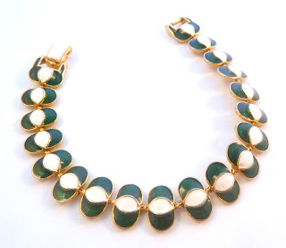 http://www.kcavintagegems.uk/vintage-green-and-white-enamel-bracelet-by-stybro-5826-p.asp