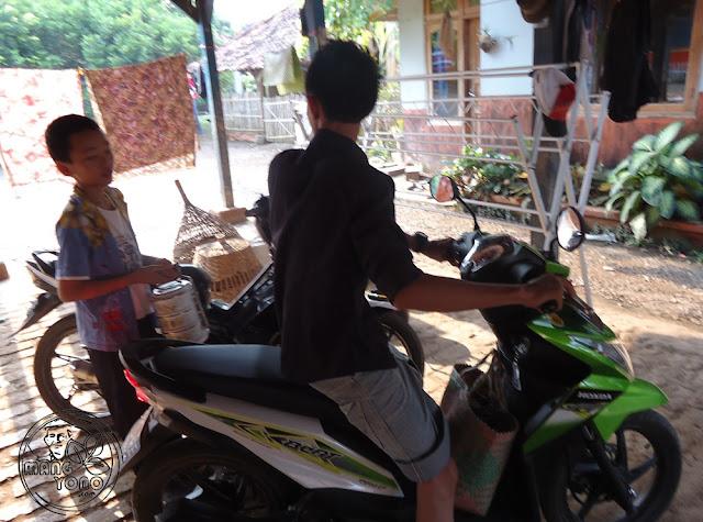 """FOTO : Adik Ipar dan Si Sulung """" Gugum"""" Tukar Rantang. Foto doc Mang Yono"""
