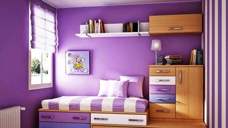 kamar tidur dengan warna dinding ungu lemarin pakain wana cokla dengan diatas ada buku belajar didinding ada rak buku kecil berwarna putih