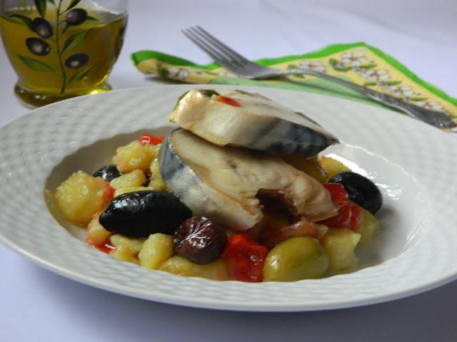Salata calda de cartofi cu rosii cherry, masline si macrou marinat