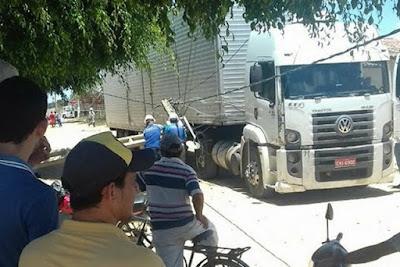 Caminhão derruba postes no final da manhã de terça em Cuité