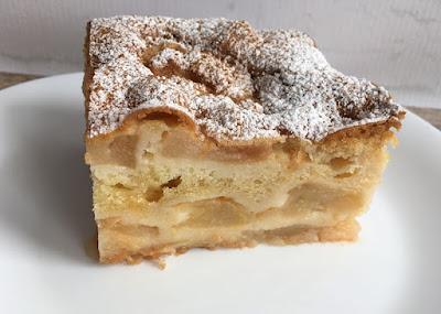 Ciasto z jabłek posypane pudrem