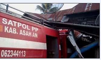 Mobil pemadam kebakaran milik Pemkab Asahan yang menyeruduk rumah warga.