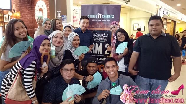 Bergambar bersama rakan blogger dan pemilik Street Churros iaitu Dato Joe Tan