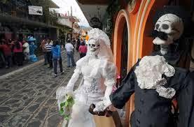 Los Cuadros de Catrinas Son figuras de catrinas hechas de papel maché y es tradicional que adornen la entrada de los centros culturales y restaurantes.