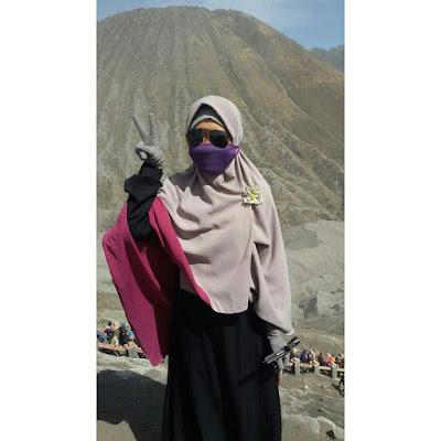 Muslimah Berhijab Syari Naik Gunung