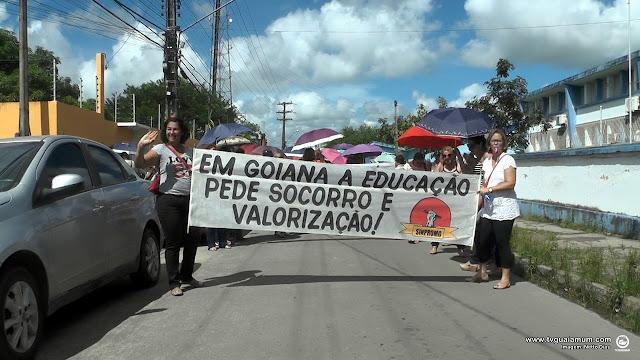 Prefeito falta a reunião e professores protestam nas ruas