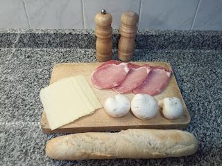 Bocadillo de lomo con queso y champiñones