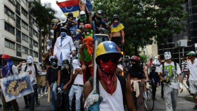 إحراق المتظاهرين لشاب مؤيد للنظام فى فنزويلا