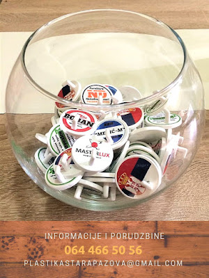 reklamne-samolepljive-kuke-za-kacenje-na-zidu-drzaci-jakni-kukice-personalizovane-plasticne-logom-promotivni-materijal