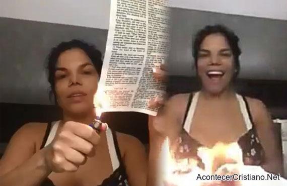 Mujer quemando la Biblia