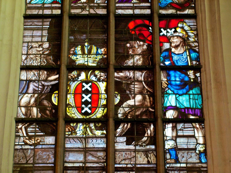 Detalle vidriera con el escudo de Amsterdam en la Oude Kerk