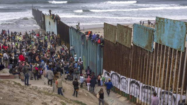 Caravana de migrantes trató de entrar en EUA por la fuerza