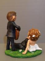 sculture personalizzate per torte nuziali statuine originali sposo suona chitarra orme magiche