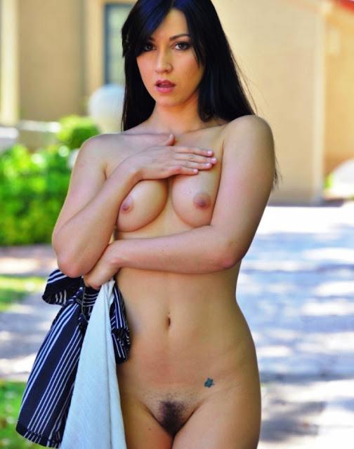 пизда жены на улице, уличные раздевания, без трусиков писька, голые жёны, небритая пизда жены, голая на улице,