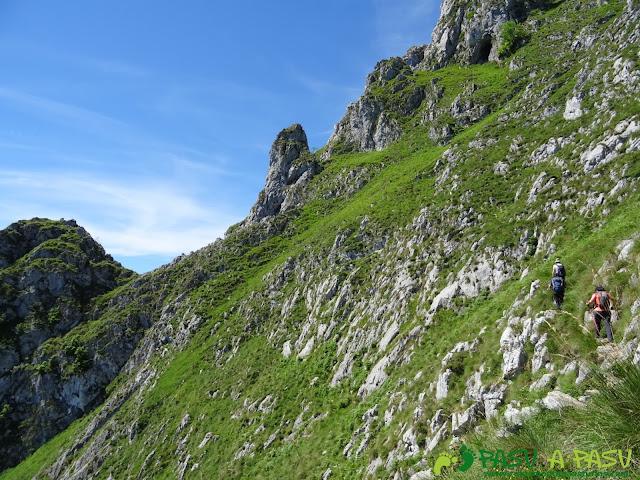 Pasada del Picayo: Sendero entre roca