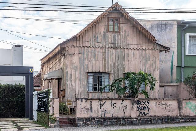Casa de madeira na Desembargador Motta