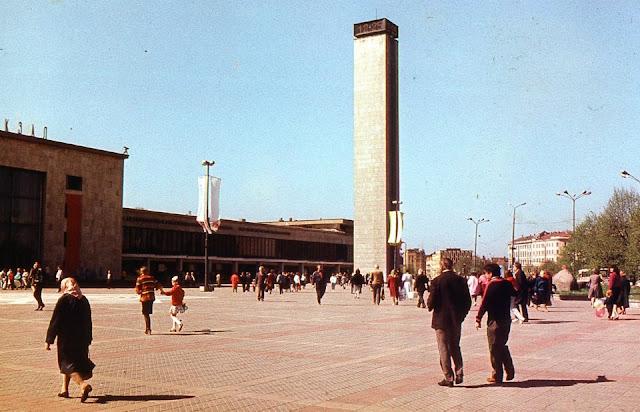 Май 1989 года. Рига. Привокзальная площадь. Водонапорная башня с часами и здание касс предварительной продажи билетов