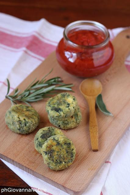 Polpettine di ricotta e spinaci con salsa di pomodoro