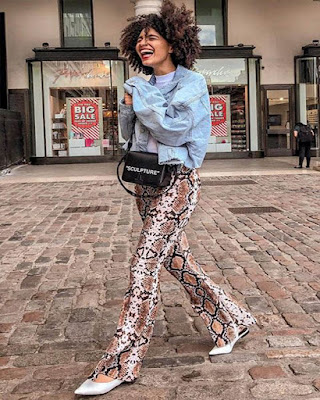 outfit con pantalón de serpiente casual de moda