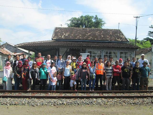 Foto bersama Kelas Heritage di depan Stasiun Lama Maguwo