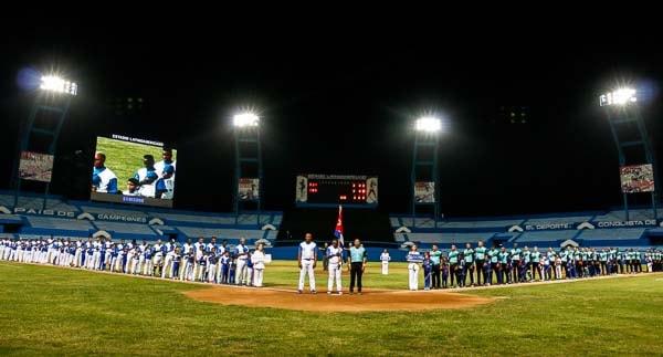 ndustriales arrancó con victoria sobre la Isla de 10-6 en la nueva era de Rey Vicente Anglada como director.