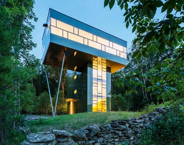 Extérieur d'une maison moderne conçue par l'architecte Peter Gluck.