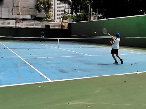 バンコクのロイヤルオーキッドシェラトンで息子とテニス