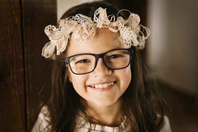 niña comunion con gafas - blog la comunion de noa
