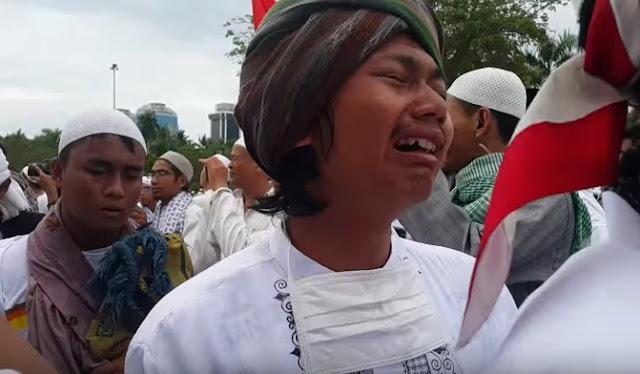 Santri Ciamis menangis saat tiba di Monas