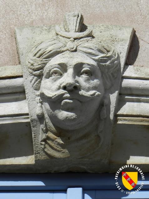 TOUL (54) - Rue du Baron Louis : Maison aux têtes (XVIIIe siècle)