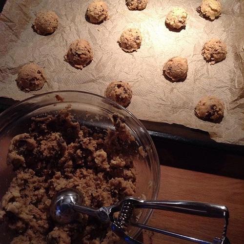 Knusperkekse mit karamellisierten Nüssen und Schokolade