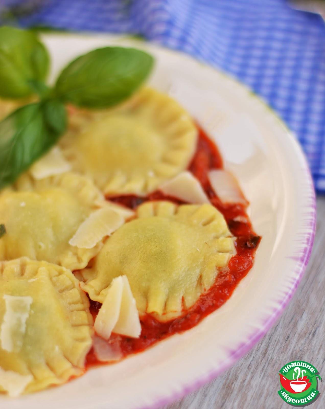 рецепта за домашна паста равиоли поръсеци с пармезан и доматен сос