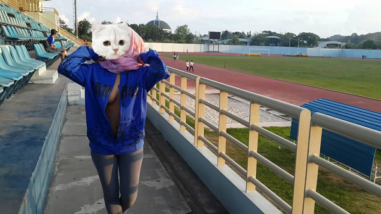 Eksibisionis Jilbab Binal Di Stadion