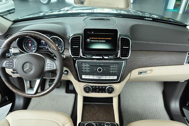 Tay lái Mercedes GLS 500 4MATIC được thiết kế 3 chấu, bọc da