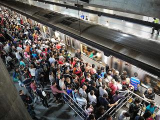 Estação da Sé lotada; passageiros embarcam no sentido Corinthians-Itaquera da linha 3-vermelha.