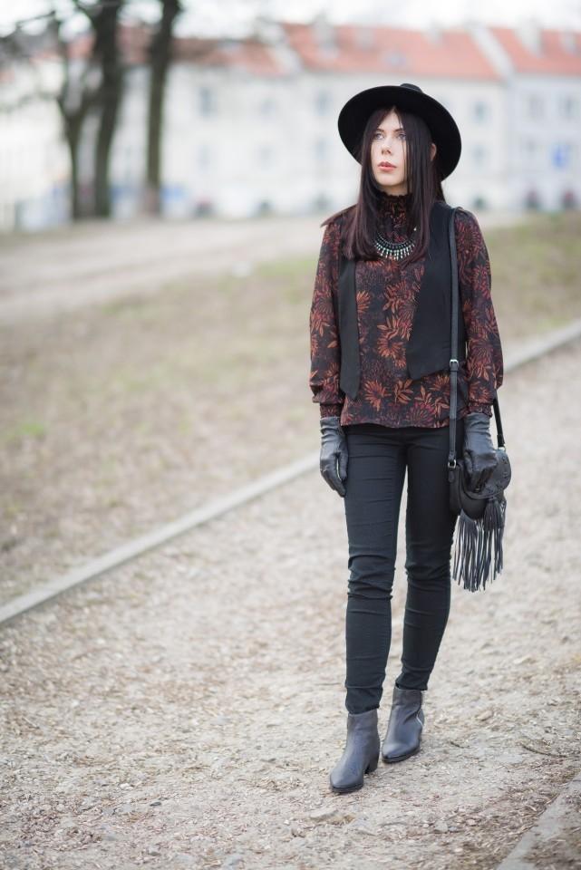 torebka z frędzlami C&A 2016 styl boho stylizacja boho frędzle blog modowy blogerka modowa kapelusz fedora i kamizelka