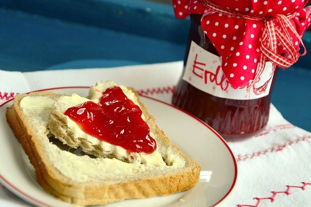 rebanada pan de molde en forma de corazon con mermelada