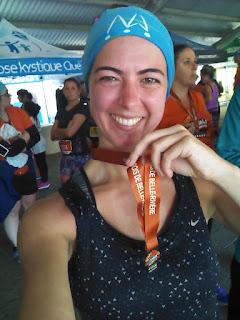 Coureuse souriante médaillée Bois-de-Belle-Rivière Courses gourmandes