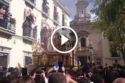 Salida de Jesús Despojado de Molviedro en la Semana Santa de Sevilla 2016 el domingo de ramos acompañado por la Agrupacion Musical Virgen de los Reyes