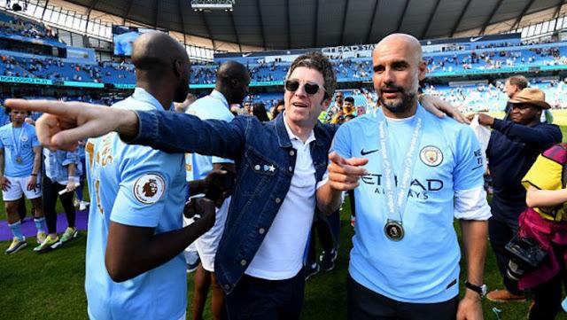 Noel Gallagher dan Pep Guardiola merayakan keberhasilan Manchester City