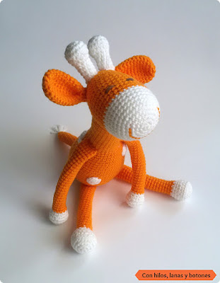 Con hilos, lanas y botones: jirafa amigurumi naranja