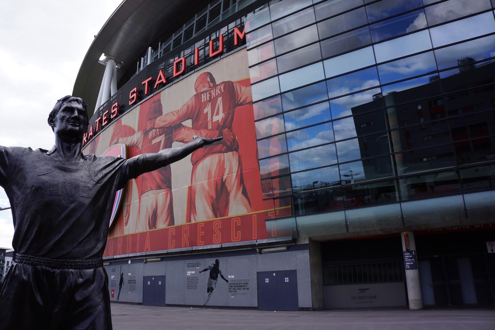 Arsenal Stadium statue outside