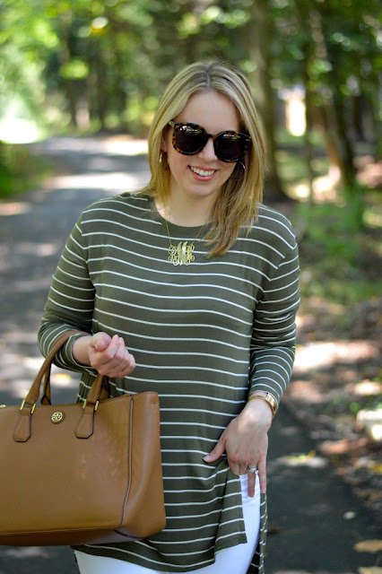 green-tee-white-jeans-outfit