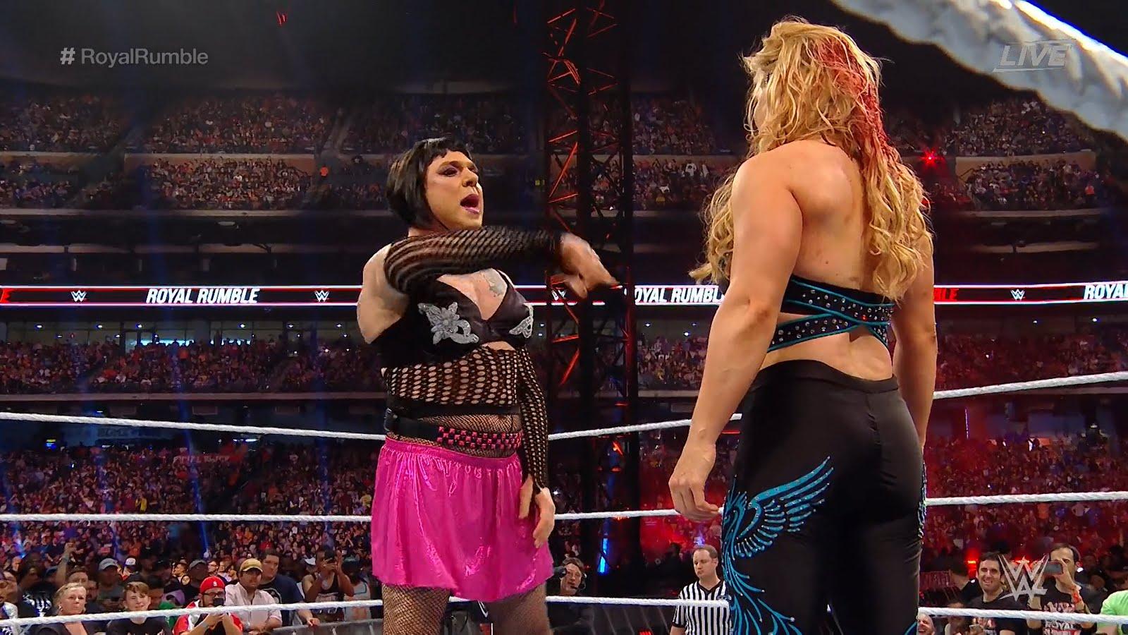 Beth Phoenix sofre corte na cabeça durante a Women's Royal Rumble Match