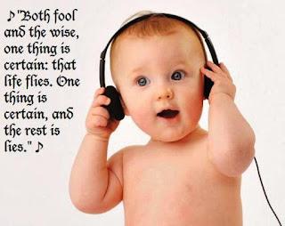Foto gambar bayi lucu mendengarkan musik 12
