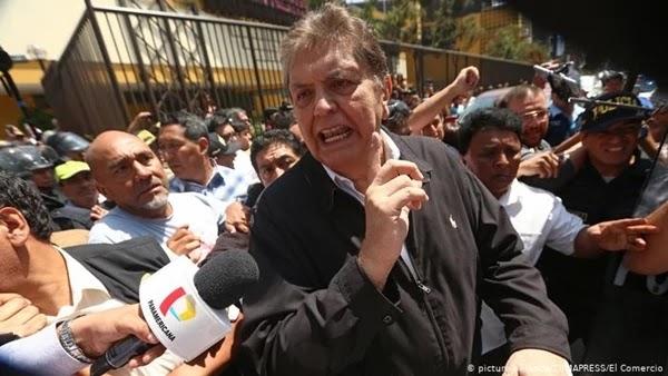 Alan García se suicida com um tiro no momento em que policiais chegaram a sua casa para detê-lo, em Lima. Ele era investigado por supostamente ter recebido propina da empreiteira brasileira.